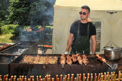 Moldova, Kishinev 23, 05 2015 BBQ Fest młodego człowieka dłoniak shish kebabu i kurczaka grill outdoors Obraz Stock