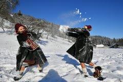 Moldovita, Румыния, 30-ое ноября 2018: Дети нося традиционную игру со снегом в Bucovina стоковое фото rf