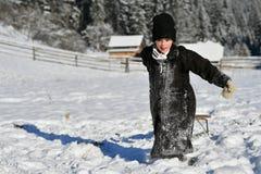 Moldovita, Румыния, 30-ое ноября 2018: Дети нося традиционную игру со снегом в Bucovina стоковая фотография