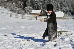 Moldovita, Румыния, 30-ое ноября 2018: Дети нося традиционную игру со снегом в Bucovina стоковые фото