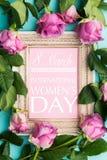 Moldura para retrato de madeira bonita do vintage com desejo do dia das mulheres felizes e as rosas cor-de-rosa frescas O plano f Fotografia de Stock Royalty Free