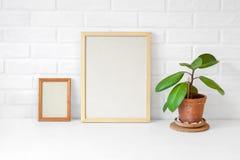 Moldura para retrato dois de madeira vazia com espaço da cópia na tabela com um p Imagem de Stock Royalty Free