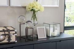 Moldura para retrato e lâmpada da vela em uma tabela fotografia de stock