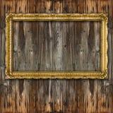 Moldura para retrato grande retro do ouro velho na parede de madeira Fotografia de Stock Royalty Free