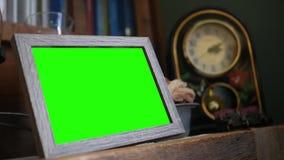 Moldura para retrato rústica de madeira da tela verde na sala de visitas vídeos de arquivo