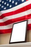 Moldura para retrato vazia no fundo da bandeira americana Fotografia de Stock Royalty Free