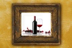 Moldura para retrato velha das uvas vermelhas do grupo do vidro de garrafa do vinho Fotos de Stock Royalty Free