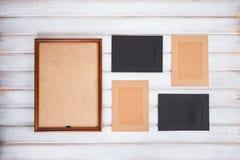 molduras para retrato de cores diferentes e do fundo de madeira Imagem de Stock