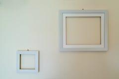 Molduras para retrato de madeira vazias montadas na parede Fotografia de Stock Royalty Free