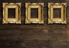 Molduras para retrato do ouro velho na parede de madeira Fotos de Stock Royalty Free
