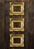 Molduras para retrato do ouro velho na parede de madeira Imagens de Stock