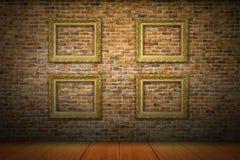 Molduras para retrato douradas na parede de tijolo amarela Imagens de Stock