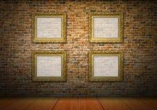 Molduras para retrato douradas na parede de tijolo amarela Fotografia de Stock Royalty Free