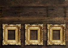 Molduras para retrato retros velhas na parede de madeira Fotografia de Stock