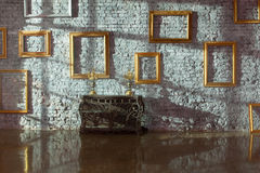 Molduras para retrato vazias na parede de tijolo Fotos de Stock