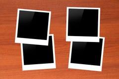 Molduras para retrato vazias na tabela de madeira Imagem de Stock Royalty Free