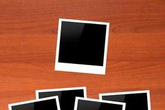 Molduras para retrato vazias na tabela de madeira Foto de Stock
