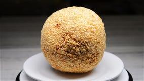 Moldy κουλουριών σφαίρα σουσαμιού rotatingtraditional κινεζική τηγανισμένη απόθεμα βίντεο