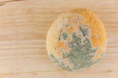 Moldy ψωμί στο ξύλινο υπόβαθρο Στοκ εικόνα με δικαίωμα ελεύθερης χρήσης