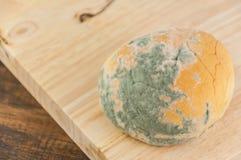 Moldy ψωμί στο ξύλινο υπόβαθρο Στοκ εικόνες με δικαίωμα ελεύθερης χρήσης