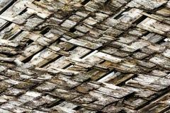 Moldy, сломанные деревянные встряхивания крыши Стоковые Изображения RF