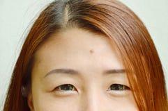 Mole in der Mitte der Asiatinstirn zeigt Physiognomie stockfoto
