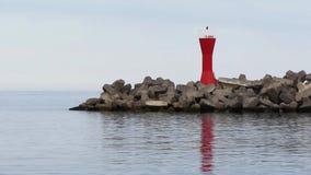 Mole am Hafen mit rotem Navigationslicht stock footage