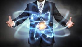 Molecola dell'atomo in mani Fotografie Stock