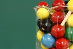 Moleculair model: houten ballen in een beker Stock Fotografie