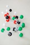 Molekülstruktur auf Schreibtisch im Klassenzimmer Stockfoto