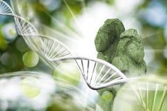Molekülstruktur, Kette von DNA und alte Statuen auf einem grünen Hintergrund Stockfotografie