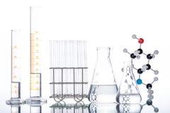 Molekülstruktur und Becher Stockfoto