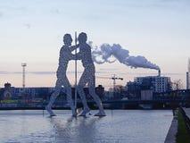 Molekuła mężczyzna na rzecznym bomblowaniu, Berlin, z dymienie kominem w plecy Obraz Royalty Free