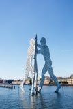 Molekuła mężczyzna rzeźba na bomblowanie rzece Obraz Royalty Free