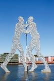 Molekuła mężczyzna rzeźba na bomblowanie rzece Zdjęcie Stock