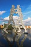 Molekuła mężczyzna rzeźba na bomblowanie rzece w Berlin Zdjęcia Stock