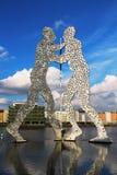 Molekuła mężczyzna rzeźba na bomblowanie rzece w Berlin Obrazy Royalty Free