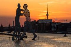 Molekuły linia horyzontu i mężczyzna Widok od Elsen mosta przy słońcem zdjęcia stock