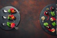 Molekulare moderne Küche Galantineente in den Löffeln auf Stein und rostigem Hintergrund lizenzfreie stockfotografie