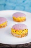 molekylär gastronomi Rostade bröd som är välfyllda med ägg och lecithinskum Arkivfoto