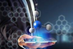 molekyl för tolkning 3d på som visas på en medicinsk manöverenhet Arkivbild