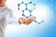 Molekylar i handen, molekylär medicinsk abstraktion i handen Molekylen och atomer gör sammandrag bakgrund läkarundersökning arkivbilder