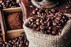 Molen en koffiebonen Stock Foto's