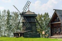 Molen en oud houten rustiek huis Royalty-vrije Stock Foto