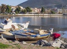 Molen en vissersboten in het kalme Ege?sche Overzees op een zonnige dag op het Eiland Evvoia, Griekenland royalty-vrije stock fotografie