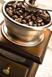 Molen met koffiebonen stock foto's