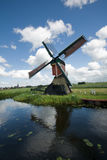 Molen in Nederlands landschap stock afbeelding
