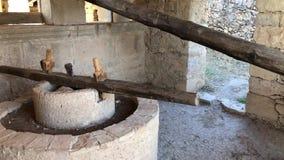 Molen voor olijven in de ruïnes van oude roman stad Volubilis dichtbij aan Meknes stock footage