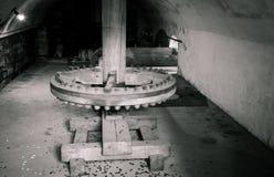 Molen-wiel binnen oude watermill stock foto's