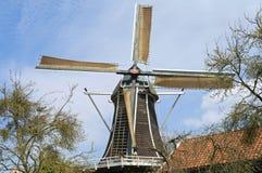 Molenaar aan het werk aangaande historische windmolen Fortuin, Hattem Stock Foto's